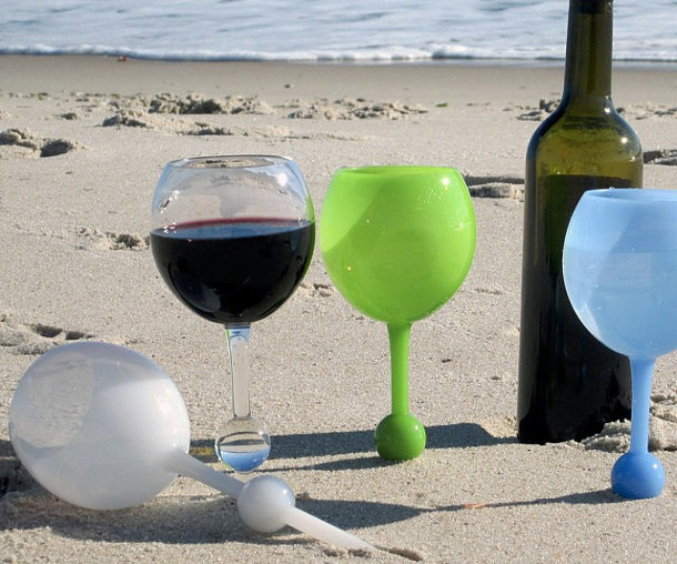 drijvende wijnglazen in zand